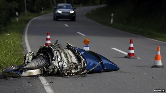 Các mảnh vỡ máy bay rơi cách nhà dân chỉ 80 m. Ảnh: Reuters