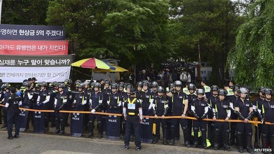 Cảnh sát Hàn Quốc thực hiện vụ bố ráp nhà thờ hôm 11-6. Ảnh: Reuters
