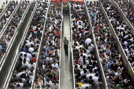 Dòng người chờ đợi kiểm tra an ninh để lên xe điện ngầm ở Bắc Kinh, Ảnh: Reuters