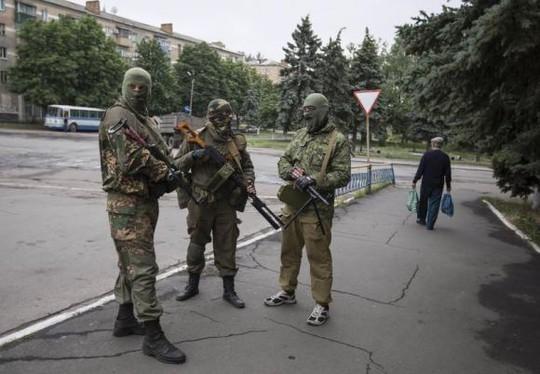 Phiến quân ly khai thân Nga ở thị trấn Snizhnye hôm 12-6. Ảnh: Reuters