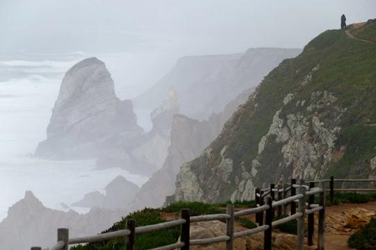 Vách đá Cabo da Raca ở Bồ Đào Nha. Ảnh: AP