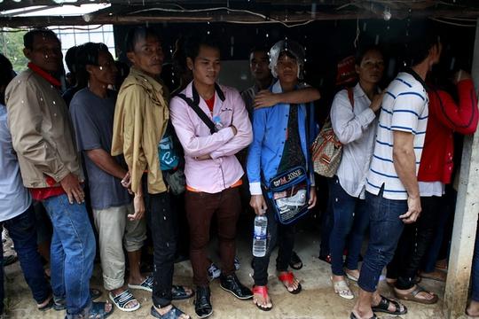 Lao động Campuchia đang chờ làm thủ tục về nước tại văn phòng di cư tỉnh Sa Kaeo hôm 15-6. Ảnh: Bangkok Post