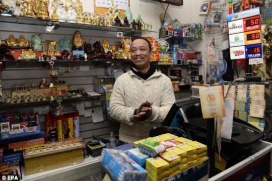 Chủ cửa hàng Thuy Nguyen - nơi ông Trần mua vé số được thưởng 1 triệu USD. Ảnh: EPA