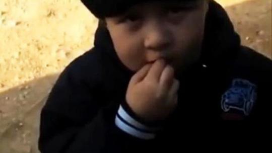 Khuôn mặt hồn nhiên của trẻ thơ dưới chiếc mặt nạ đen. Ảnh: Youtube