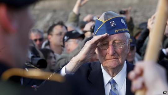 Cựu binh Mỹ tại bãi biển Omaha - Normandy sáng 6-6. Ảnh: AP