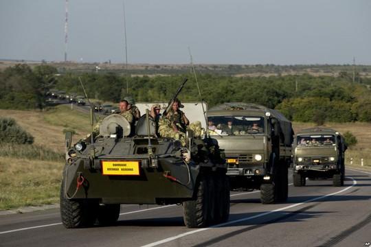 Xe quân sự Nga di chuyển ở khu vực Rostov - Nga hôm 15-8, cách biên giới Ukraine hơn14 km. Ảnh: AP