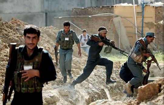 Lực lượng an ninh Afghanistan chiến đấu với quân nổi dậy Taliban ở Kabul hồi tháng 7-2014. Ảnh: AP