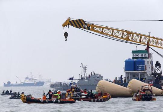 Đội cứu hộ triển khai gần tàu Sewol để tìm kiếm các nạn nhân. Ảnh: Reuters