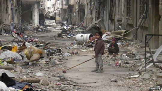 Cư dân thành phố cổ Homs ăn cả cỏ và thực vật để sống qua ngày. Ảnh: Reuters
