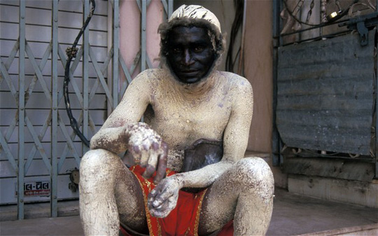 Một người đàn ông giả voọc để hù khỉ. Ảnh: Alamy