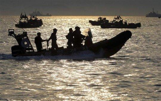 Hoạt động cứu hộ vẫn tiếp tục diễn ra vào cuối ngày 23-4. Ảnh: Reuters