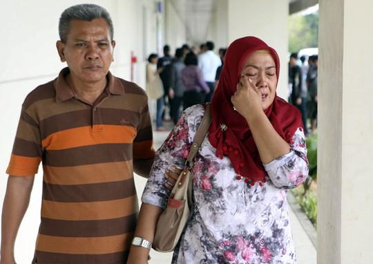 Thân nhân một hành khách trên chuyến bay QZ8501 mất tích. Ảnh: AP