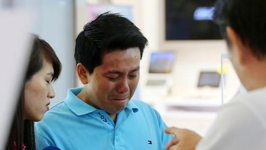 Anh thoại bị o ép tới mức phát khóc. Ảnh: Straits Times