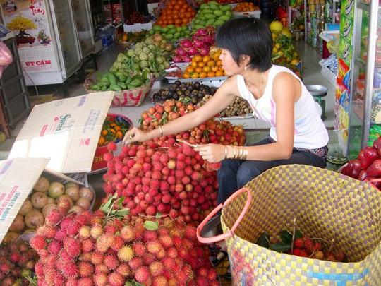 Thời điểm này, giá nhiều loại trái cây miền Tây cao ngang bằng với trái cây nhập khẩu. Ảnh Ngọc Trinh.
