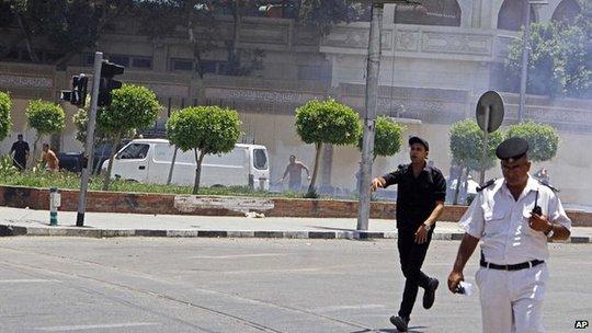 Hiện trường vụ nổ bom hôm 30-6 gần dinh Tổng thống Ai Cập. Ảnh: AP