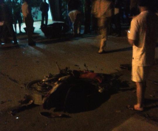 Hai chiếc xe máy nát bét sau vụ tai nạn kinh hoàng trong đêm khuya