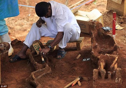 Ngôi mộ tập thể ở huyệnMatale do các công nhân xây dựng phát hiện. Ảnh: AP