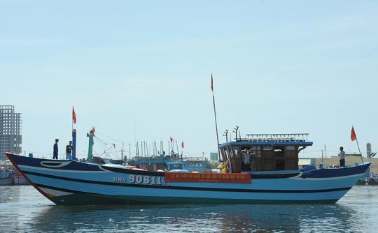 Tàu hậu cần nghề cá có công suất 850 CV của ngư dân Trần Toàn vừa được hạ thủy sáng 14-5