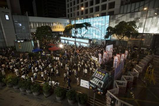 Cảnh sát Hồng Kông giải tán người biểu tình hôm 1-7. Ảnh: AP, Reuters