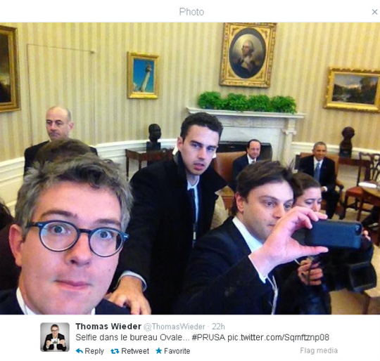 Tay phóng viên người Pháp Thomas Wieder chụp hình tự sướng tại Nhà Trắng. Ảnh: France24