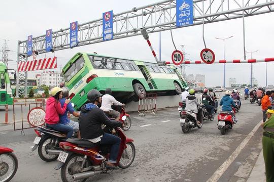 Chiếc xe buýt cưỡi lên dải phân cách trên Xa lộ Hà Nội