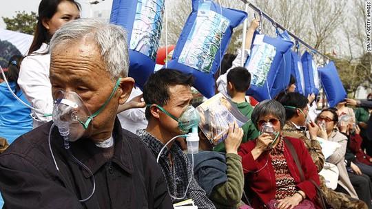Người dân Trịnh Châu hít thở không khí sạch trong túi đóng gói. Ảnh: CNN