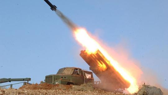 Triều Tiên bắn tên lửa trong một cuộc thử nghiệm. Ành: Reuters/KCNA