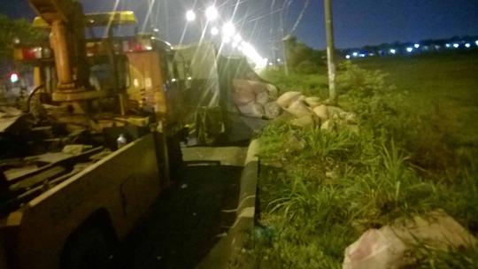 Hiện trường sự cố giao thông xe tải chở mì bị lật trên Quốc lộ 22 vào rạng sáng hôm nay