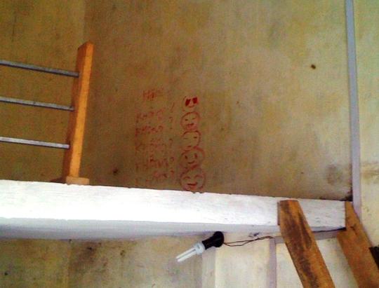 Một số chữ viết màu đỏ chưa xác định được máu hay sơn của chị Dung được phát hiện trên gác 2 của phòng trọ.