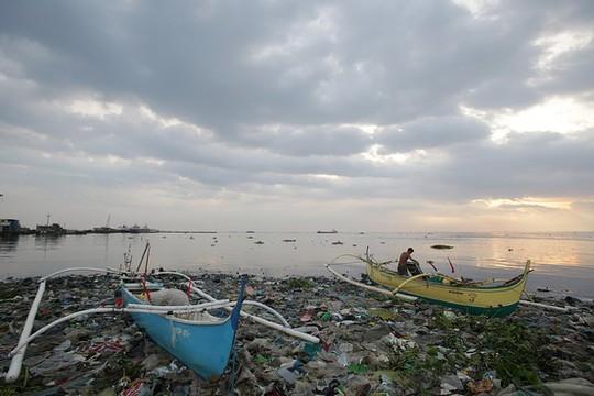 Ngư dân Philippines neo đậu thuyền tránh bão. Ảnh: AP