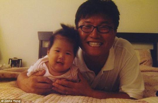 Cô bé Yang bên người cha khi còn nhỏ. Ảnh: Daily Mail