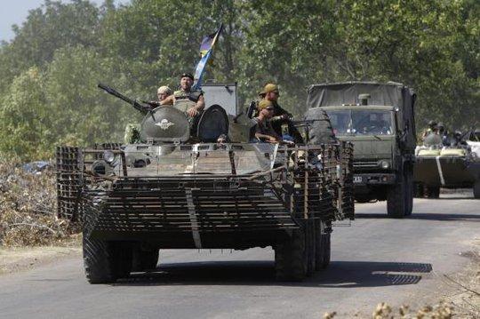 Quân đội Ukraine di chuyển xung quanh thành phố Donetsk hôm 9-8. Ảnh: Reuters