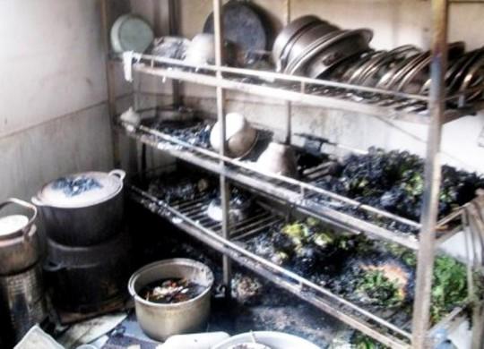 Khu nấu ăn của nhà hàng dê núi cháy nham nhở sau vụ hỏa hoạn.