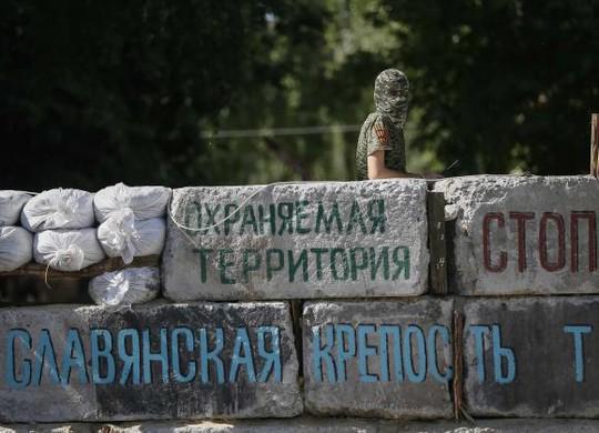 Một phiến quân ly khai thân Nga tại thị trấn Slaviansk, Đông Ukraine hôm 5-6. Ảnh: Reuters