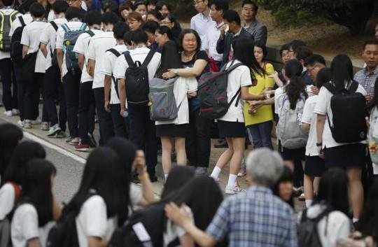 75 học sinh trường Danwon trở lại lớp học hôm 25-6, mang theo niềm đau khôn tả. Ảnh: Reuters