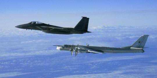 Máy bay F-15 của Mỹ xuất phát từ căn cứ không quân Elmendorf (hiện tại là Joint Base Elmendorf Richardson) hộ tống một chiếc Tu-95 của Nga ra khỏi không phận Alaska năm 2006. Ảnh: Wikipedia