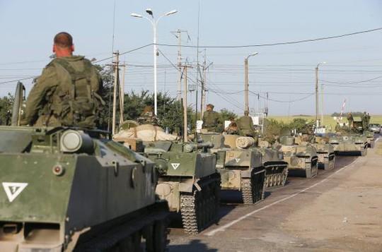 Lính Nga ngồi trên các xe bọc thép bên ngoài thị trấnKamensk-Shakhtinsky, thành phố Rostov - Nga hôm 15-8. Ảnh: Reuters