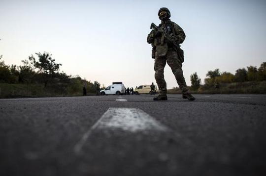 Một binh sĩ Ukraine ở phía Bắc TP Donetsk hôm 28-9. Ảnh: Reuters
