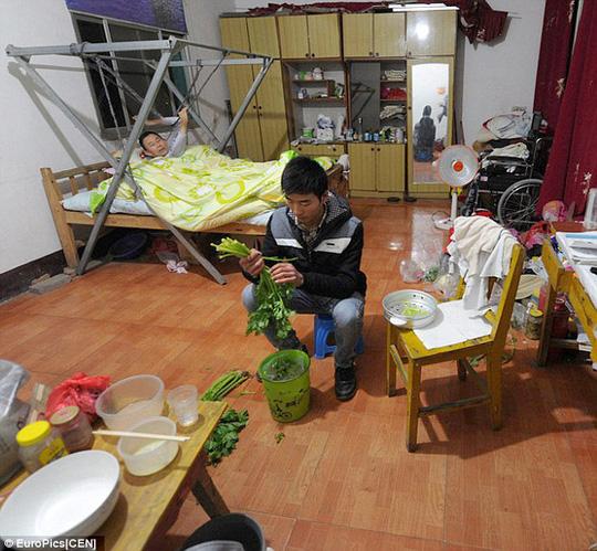 Ngoài giờ học, Shijun nấu ăn cho cha. Ảnh: EuroPics