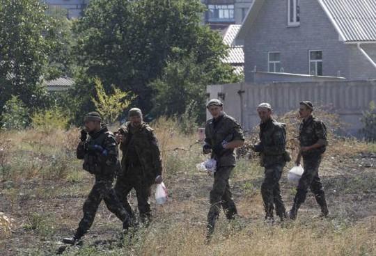 Kiev triển khai quân viện trợ tớiMariupol ngay trước thời điểm sắp công bố thỏa thuận ngừng bắn. Ảnh: Reuters