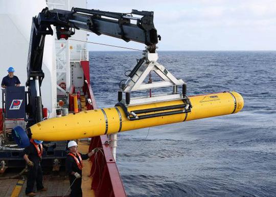 Tàu tự hành Bluefin-21 được hạ thủy xuống Nam Ấn Độ Dương hôm 14-4. Ảnh: Reuters