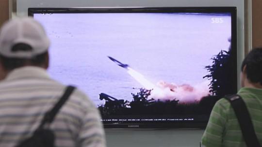 Đài SBS của Hàn Quốc đưa tin vụ thử tên lửa của Triều Tiên hôm 29-6. Ảnh: AP