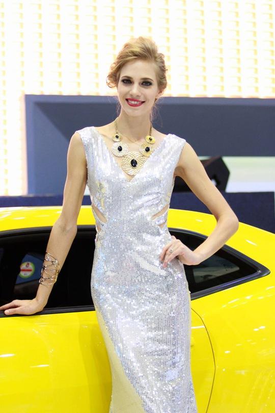 Người mẫu Việt và mẫu Tây rực rỡ bên mẫu xe Chevrolet của hãng GM