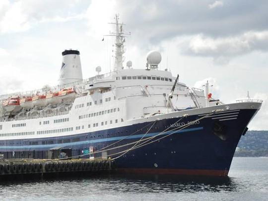 Tàu du lịchMarco Polo bị sóng đánh trúng khiến một du khách thiệt mạng. Ảnh: Independent