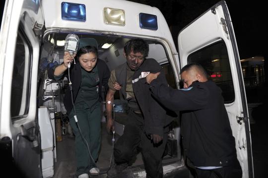 Nạn nhân bị thương được đưa tới bệnh viện. Ảnh: AP