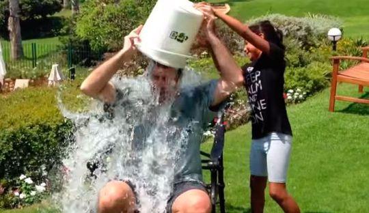 Đại sứ Mỹ tại Israel Daniel Shapiro dội nước đá lên đầu. Ảnh: Youtube