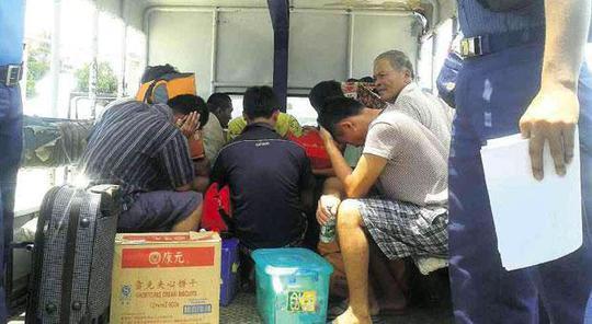 Các ngư dân Trung Quốc bị bắt giữ hôm 6-5. Ảnh: Inquirer