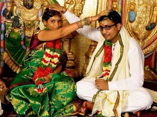 CÔ gái xấu số Pachala Deepthi chụp hình cùng người chồng mới cưới. Ảnh: The Hindu