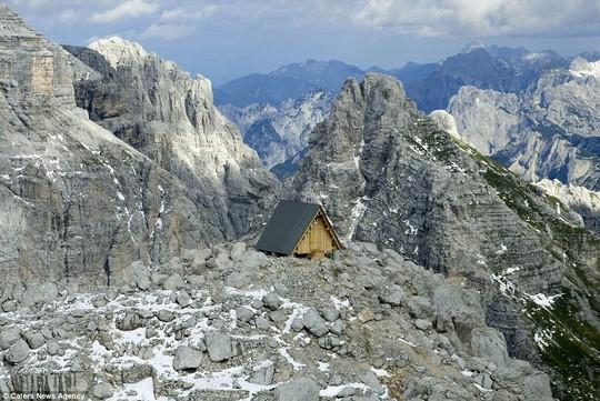 Túp lều nằm trơ trọi trên dãy Alpes hùng vĩ. Ảnh: Caters News Agency