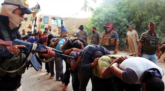 IS hành quyết binh sĩ Iraq hồi giữa tháng 6. Ảnh: AP